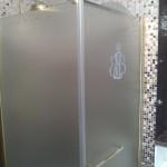 Каленое стекло для душевой кабины с отделкой