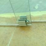 Узловой элемент двойных раздвижных стеклянных перегородок.