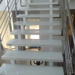Стеклянные ступени лестницы белого цвета