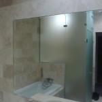 Зеркало встроенное в плитку с широким фацетом, в ванной комнате