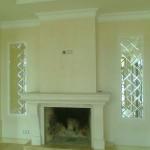 Зеркальные панно по бокам камина в частном доме