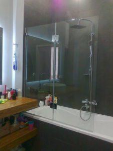 стеклянные шторки для душа на ванну