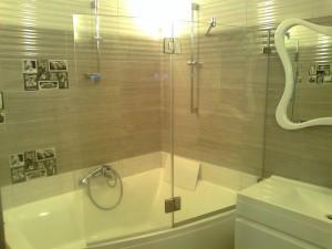 прозрачные шторки для ванной из стекла