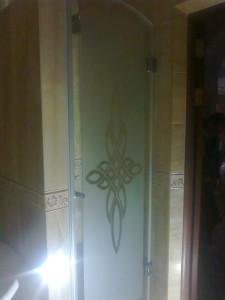 Стеклянная дверь с рисунком в душевую