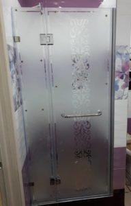 Стеклянные душевые двери в качестве входной группы в душ с оригинальным рисунком