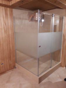 Душевые двери частично прозрачные