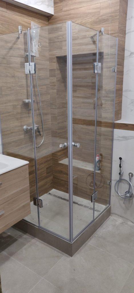 Душевая кабина в дизайне небольшой ванной комнаты