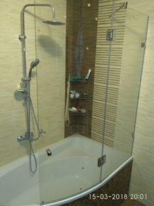 Радиусная стеклянная шторка-перегородка на ванну