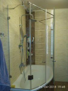 Стеклянные дверцы на ванну согнутые по радиусу