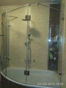 Полукруглые стеклянные двери для душа на ванну