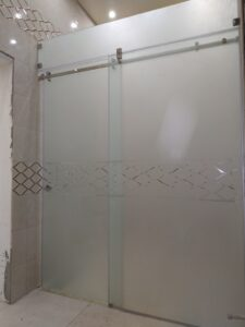 Душевая кабина раздвижного типа с рисунком на матовом стекле