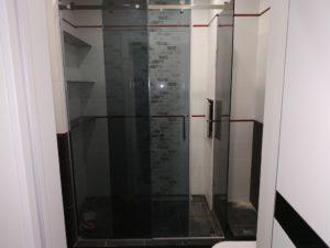 Раздвижные двери душевой кабины тонированное стекло