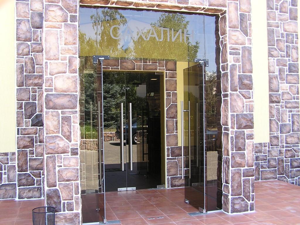 двери входные с остеклением для ресторана