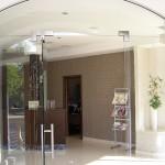 Светопрозрачная входная группа из стекла: двери и перегородки