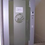 Стеклянные двери с рисунком-логотипом