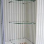 Угловые полки из стекла в ванной