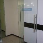 Маятниковые стеклянные двери с напольным доводчиком