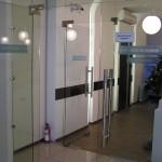 Межкомнатные стеклянные двери в служебном помещении