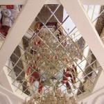 Зеркальная плитка в ромбах на потолке