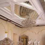 Зеркальное панно на потолке из плитки ромбами