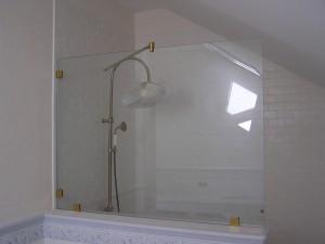 Изготовление и монтирование шторки из стекла для душа и ванной с золотистой фурнитурой