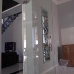 Большие межкомнатные двери из стекла маятникового типа с доводчиком
