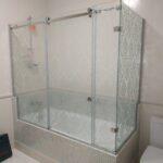 раздвижная душевая шторка на ванну